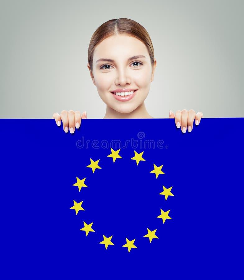Kobieta pokazuje UE flagi tło Podr?? i nauka w Europa obrazy royalty free