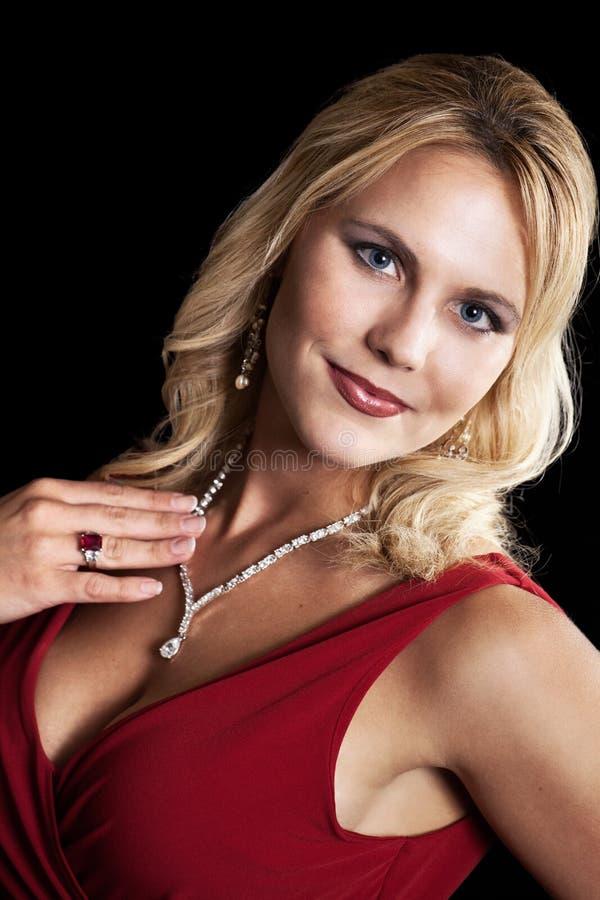 Kobieta pokazywać biżuterię zdjęcie stock
