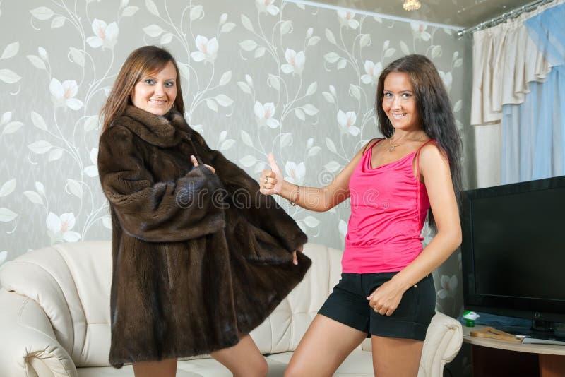 Kobieta pokazywać nowego futerkowego żakiet fotografia royalty free