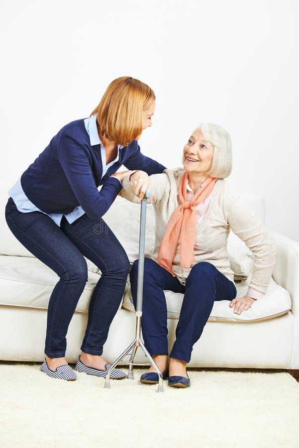 Kobieta pomaga starszej kobiety dostaje up zdjęcia royalty free