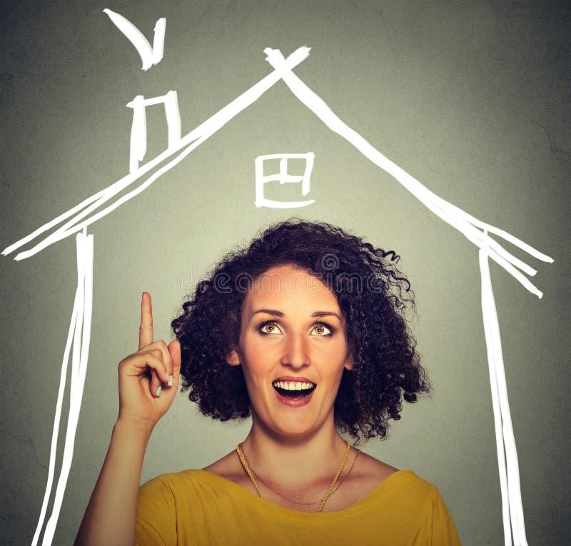 Kobieta pomysłu domu przyglądającego up dach nad głowa fotografia stock