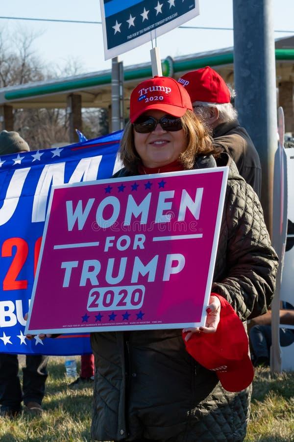 Kobieta popierająca prezydenta Trumpa bierze udział w rajdzie zdjęcia royalty free