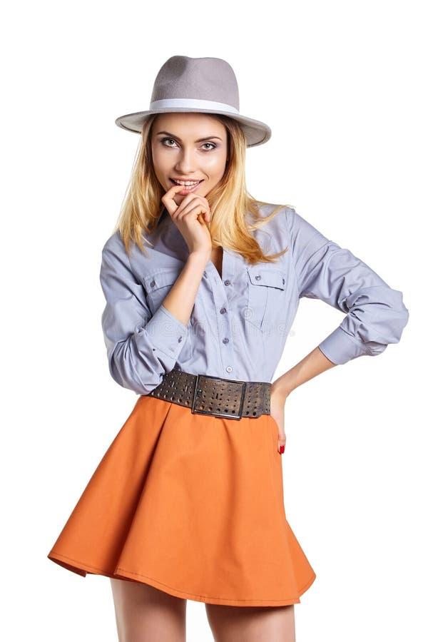 Kobieta portret w kapeluszowym modnisiu obraz stock