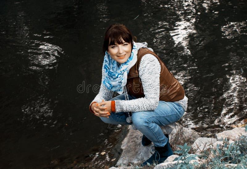 Kobieta pozuje blisko wieczór jeziora zdjęcie royalty free