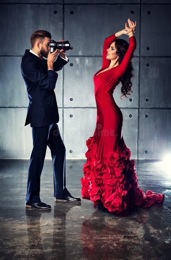 Kobieta pozuje fotograf obrazy royalty free