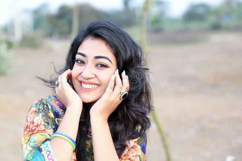 Kobieta pozuje szczęśliwe uśmiech ręki na twarzy zdjęcia stock