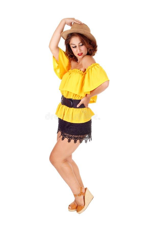 Kobieta pozuje w skrótach i kapeluszu obrazy stock