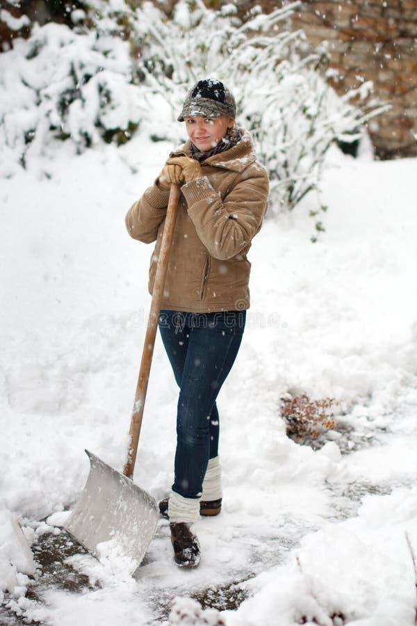 Kobieta pozuje z śnieżną łopatą zdjęcie stock