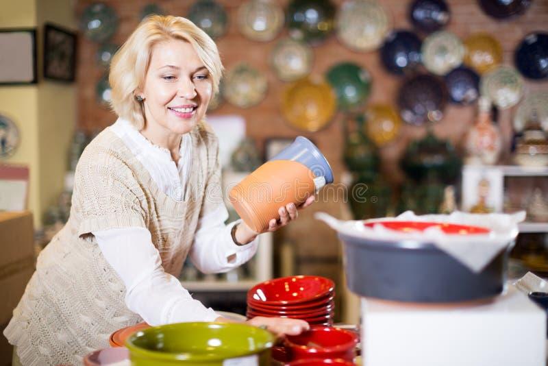 Kobieta pozuje z ceramicznym tableware obrazy stock