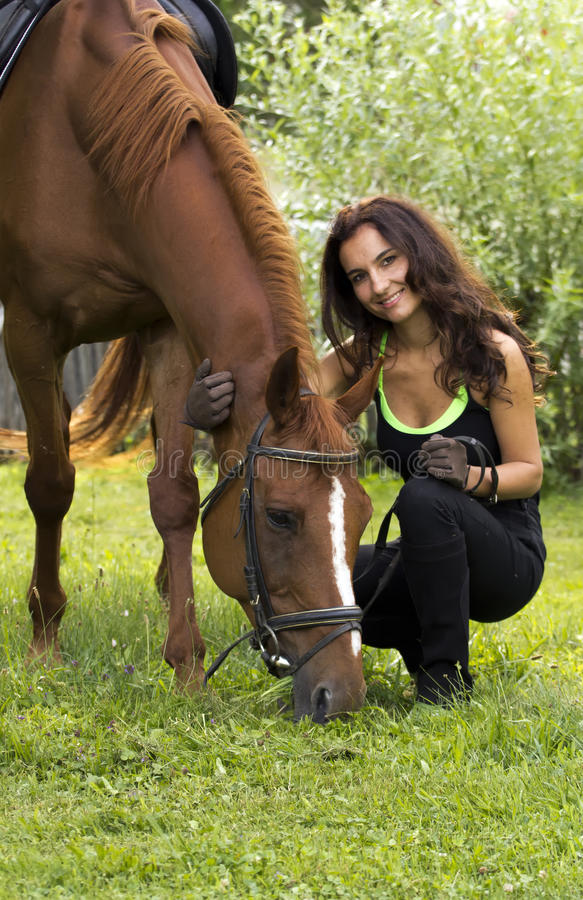Kobieta pozuje z koniem obraz royalty free