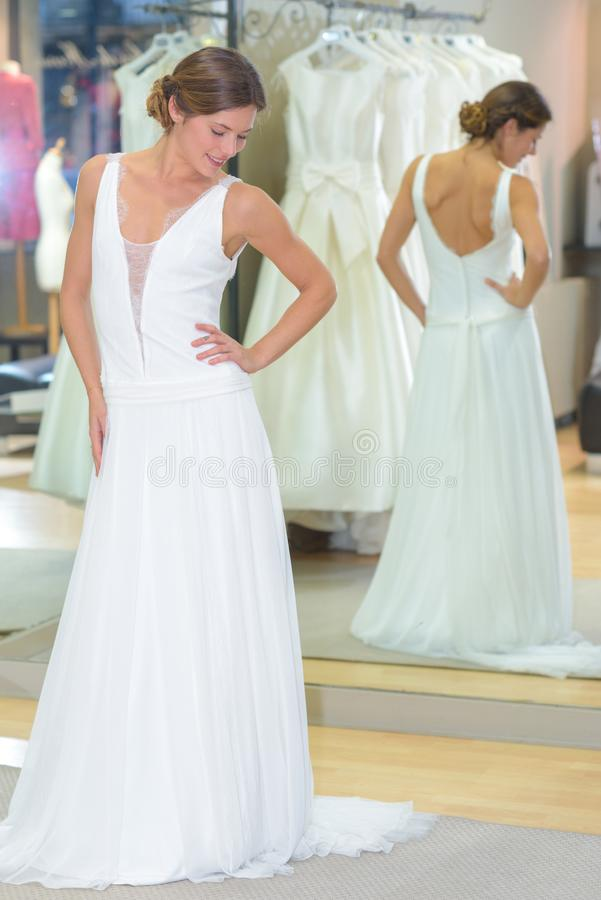 Kobieta próbuje na ślubnej sukni fotografia stock