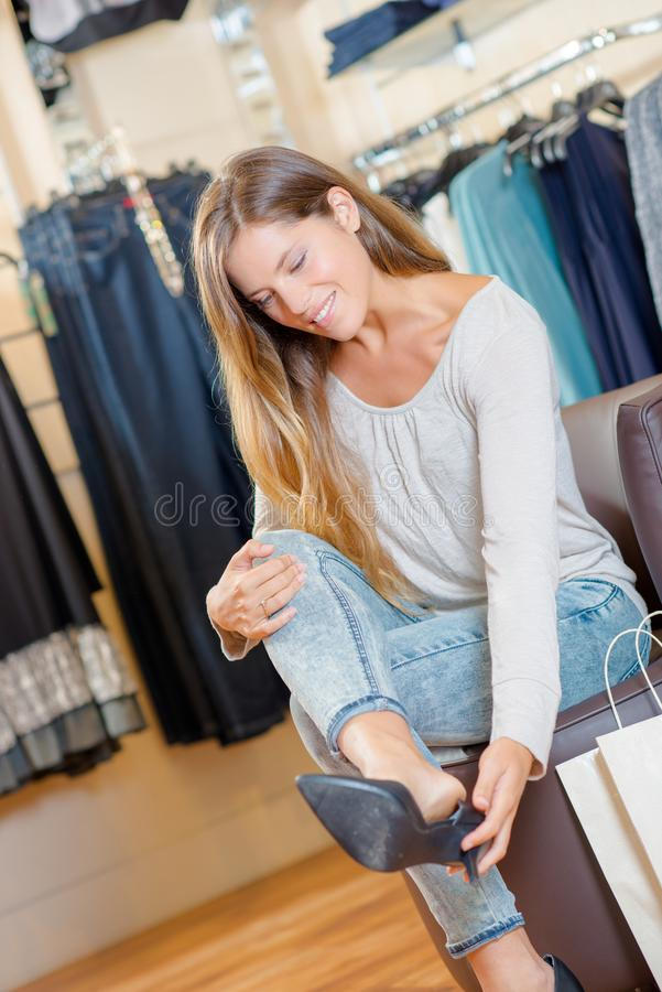 Kobieta próbuje na bucie w sklepie obrazy stock