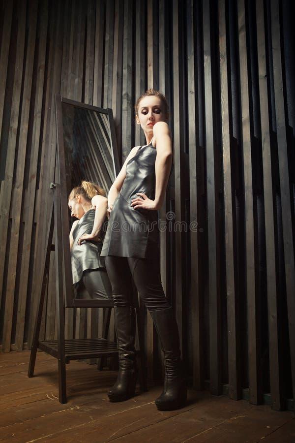 Kobieta próbuje na sukni przed lustrem obrazy stock