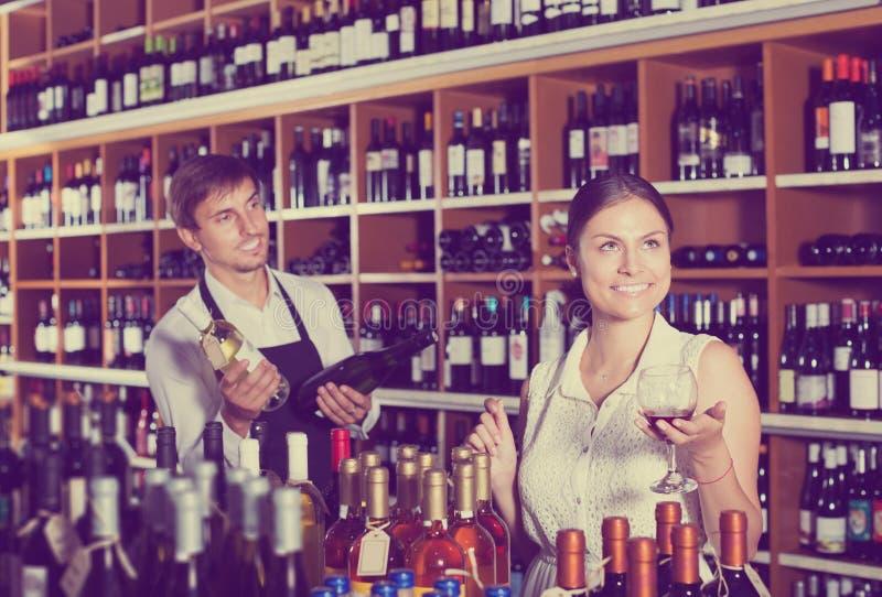 Kobieta próbuje szkło wino fotografia stock