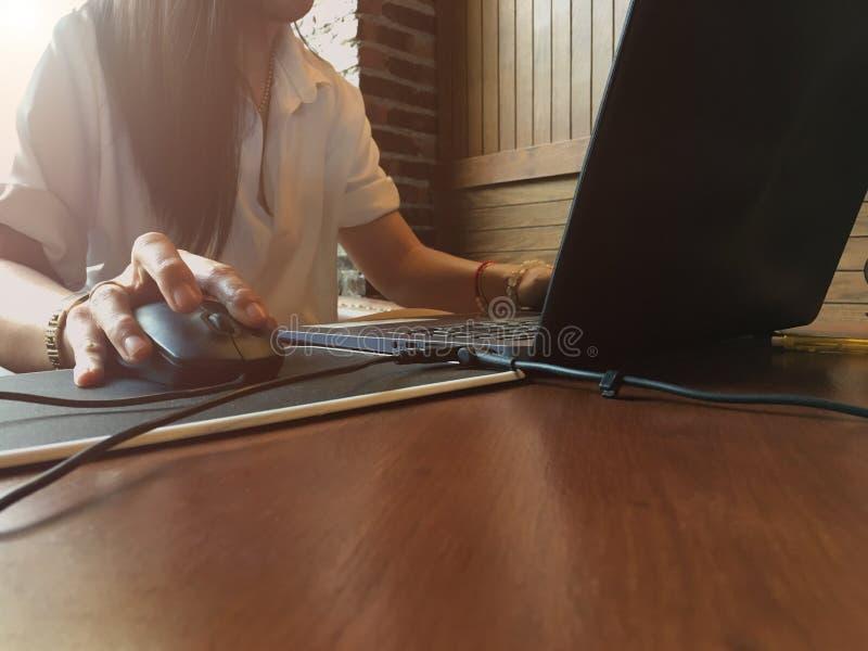 Kobieta pracująca stresował się za pracie od podczas pracować z laptopem zdjęcie stock