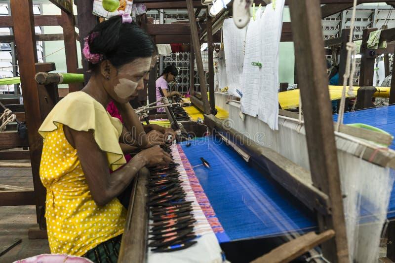 Kobieta pracująca wyplatać zdjęcie royalty free