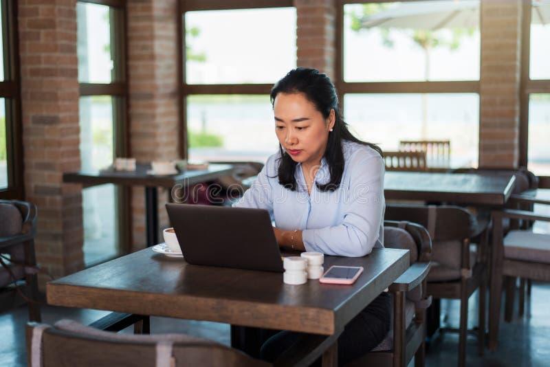 Kobieta pracuje kaw? i ma zdjęcie royalty free