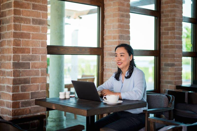 Kobieta pracuje kaw? i ma obraz royalty free