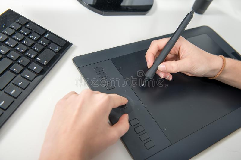 Kobieta pracuje na jego grafiki pastylce, zamyka up ręki obrazy stock