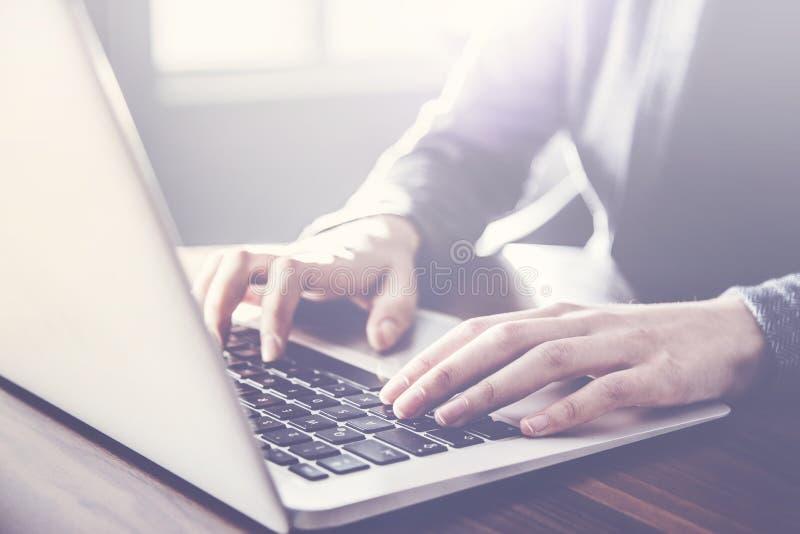 Kobieta pracuje na komputerze inside obraz stock
