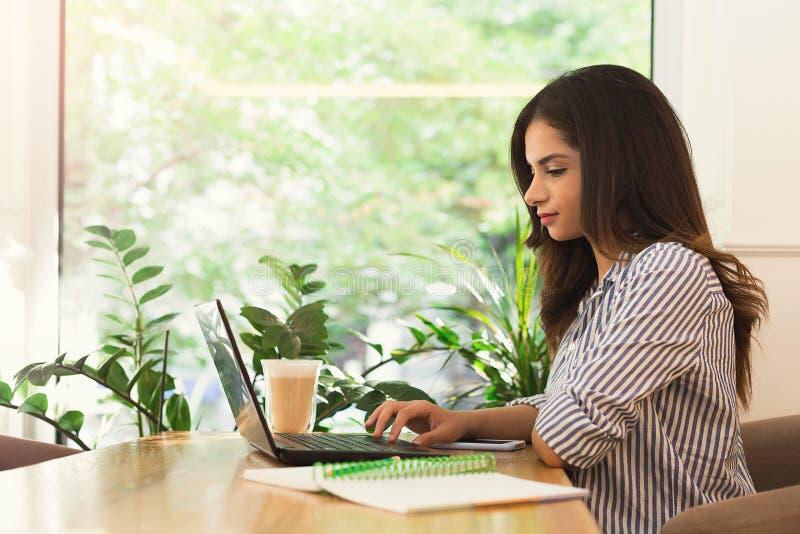 Kobieta pracuje na komputerze, używać technologię outdoors obraz royalty free