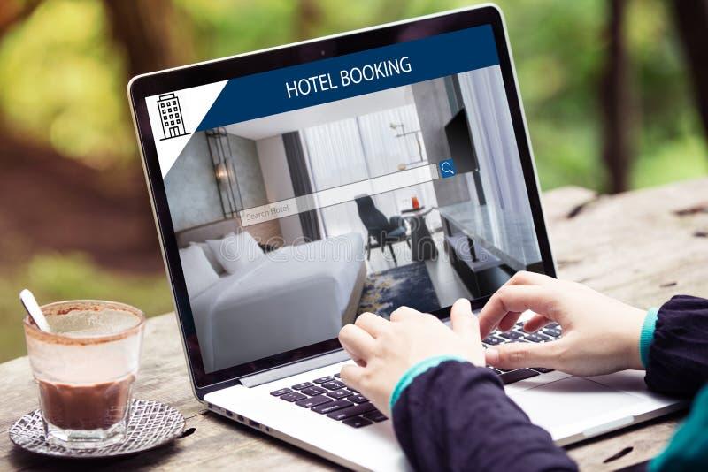 Kobieta pracuje na laptopie, szuka dla nocować używa linii sieci usługa, rezerwuje hotel na stronie internetowej obrazy stock