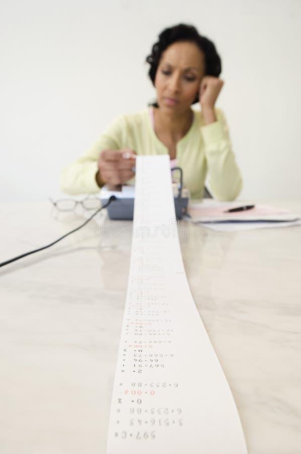 Kobieta Pracuje Na Ogromnych finansach obrazy stock