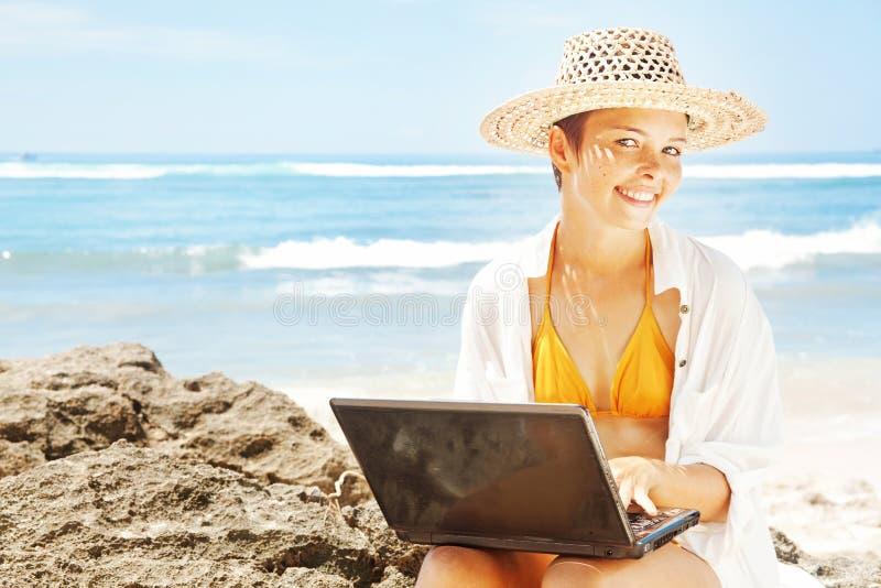 Kobieta pracuje na plaży obraz royalty free