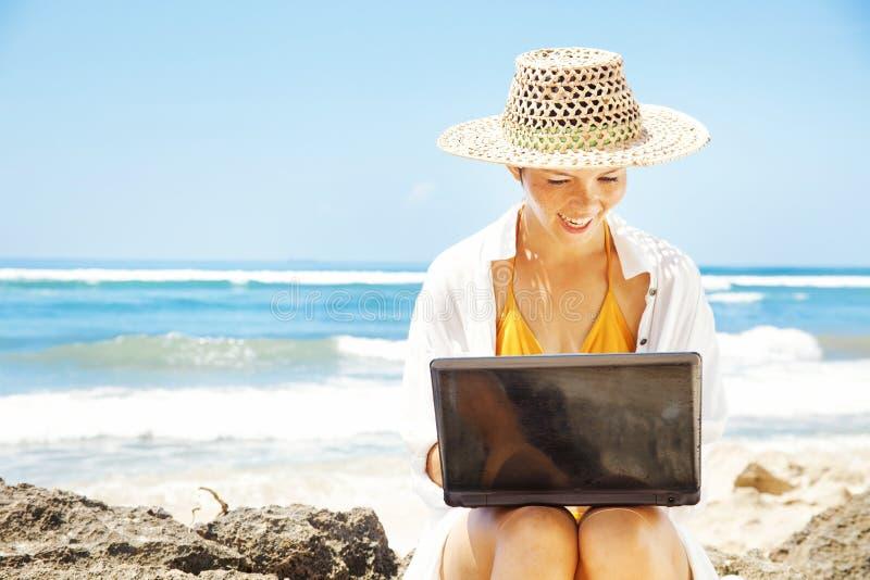 Kobieta pracuje na plaży zdjęcie stock