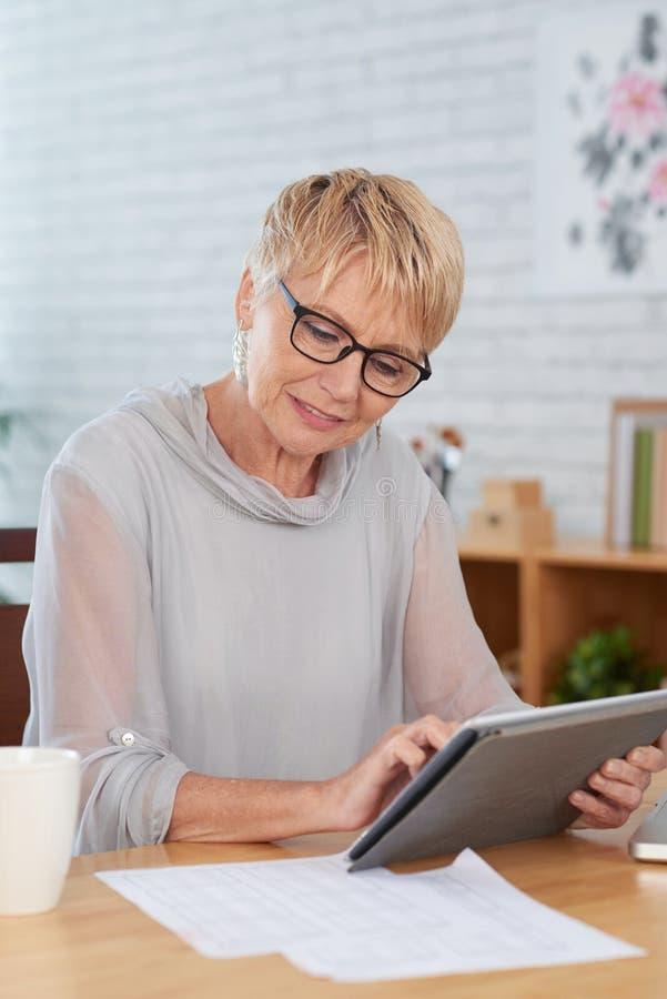 Kobieta pracuje online na pastylka komputerze osobistym zdjęcia royalty free