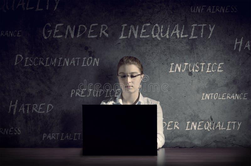 Kobieta pracuje przy jej biurkiem w ciemnym pokoju zdjęcia stock