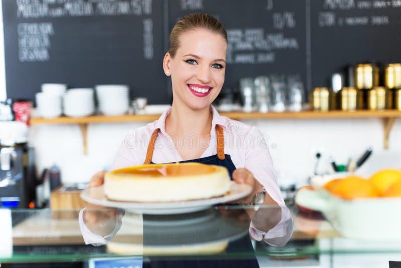 Kobieta pracuje przy kawiarnią obrazy stock