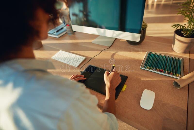 Kobieta pracuje przy kreatywnie miejscem pracy zdjęcia stock
