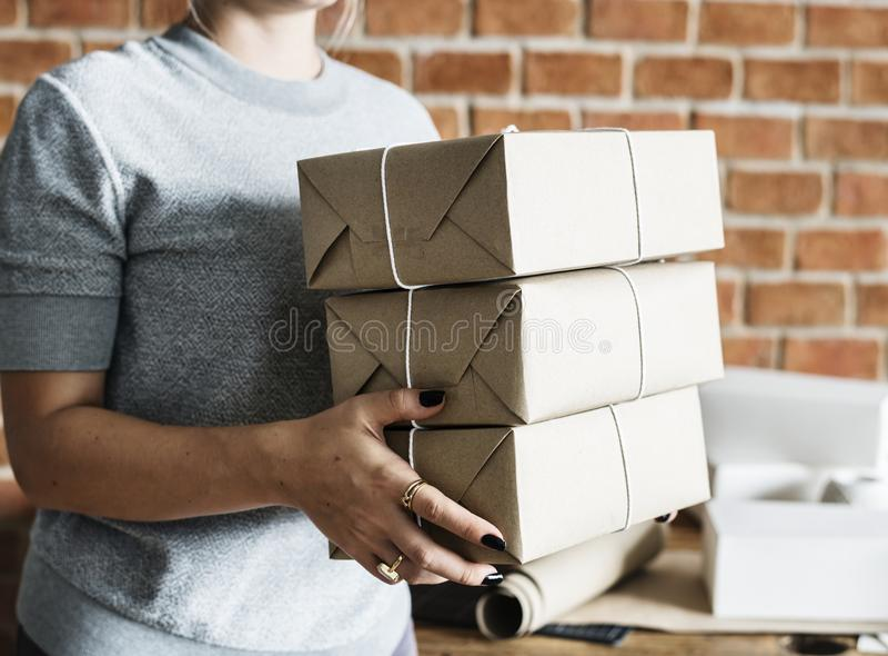 Kobieta pracuje przy pakuneczek usługa obrazy royalty free