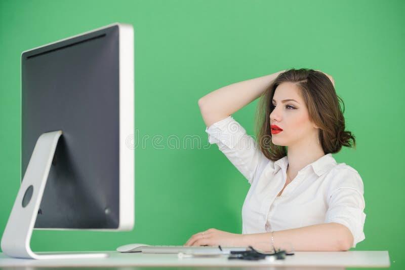 Kobieta pracuje w biurze obraz stock