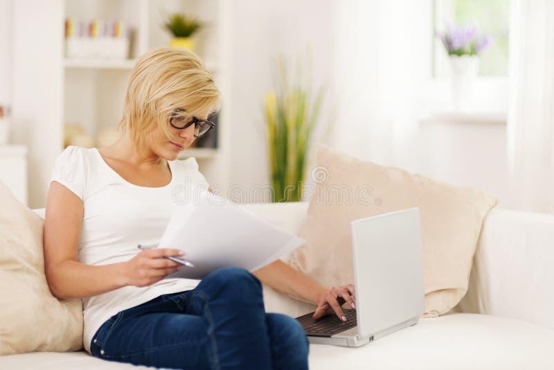 Kobieta pracuje w domu fotografia stock