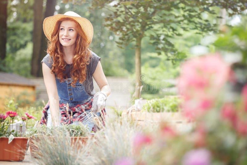 Kobieta pracuje w słomianym kapeluszu zdjęcia stock