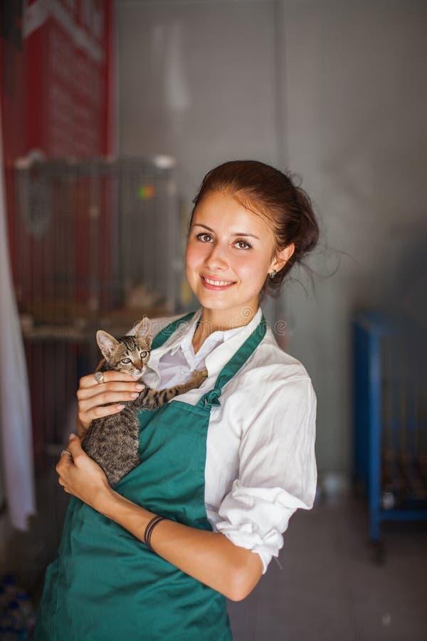 Kobieta pracuje w zwierzęcym schronieniu fotografia royalty free
