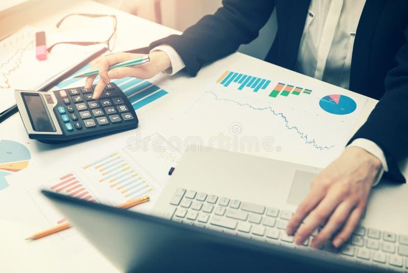 Kobieta pracuje z biznesowymi raportami w biurze zdjęcie stock