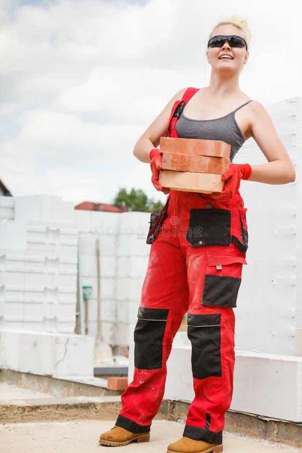 Kobieta pracuje z ceg?ami fotografia stock
