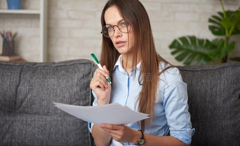 Kobieta pracuje z dokumentami finansowymi w domu zdjęcie stock