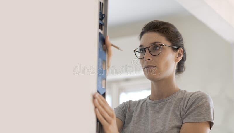 Kobieta pracuje z spirytusowym poziomem obraz stock