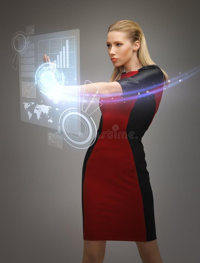 Kobieta pracuje z wirtualnymi ekranami sensorowymi obraz royalty free