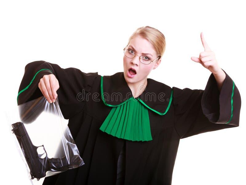 Kobieta prawnika chwyty zdosą z pistolet zaznaczającym dowodem przestępstwo zdjęcie royalty free