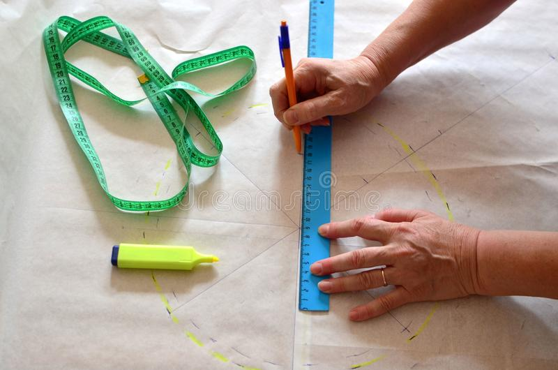 Kobieta projektanta robić kreśli za wzorach które potrzebują przenoszącym tkanina uzyskiwać ścisłych rezultaty gdy ty szysz ten f obrazy stock