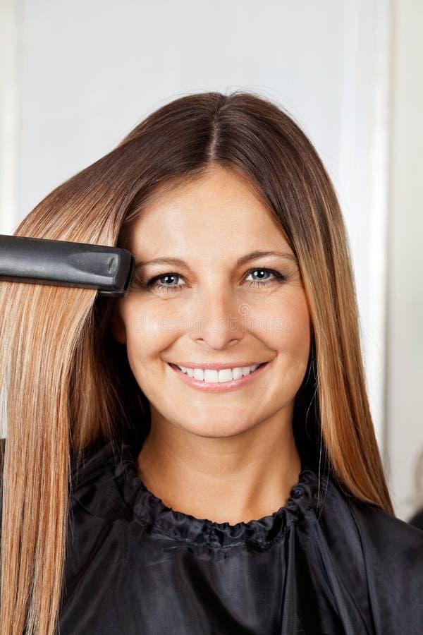 Kobieta Prostuje włosy zdjęcia royalty free