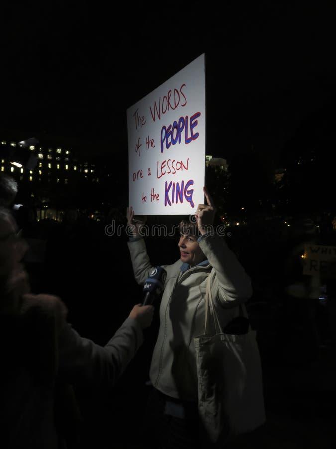 Kobieta protestujący przy Lafayette parkiem w Listopadzie fotografia royalty free