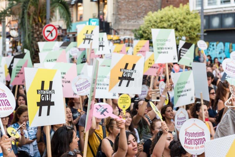 Kobieta protestujący zbierają w kadikoy, Istanbuł, Turcja fotografia royalty free