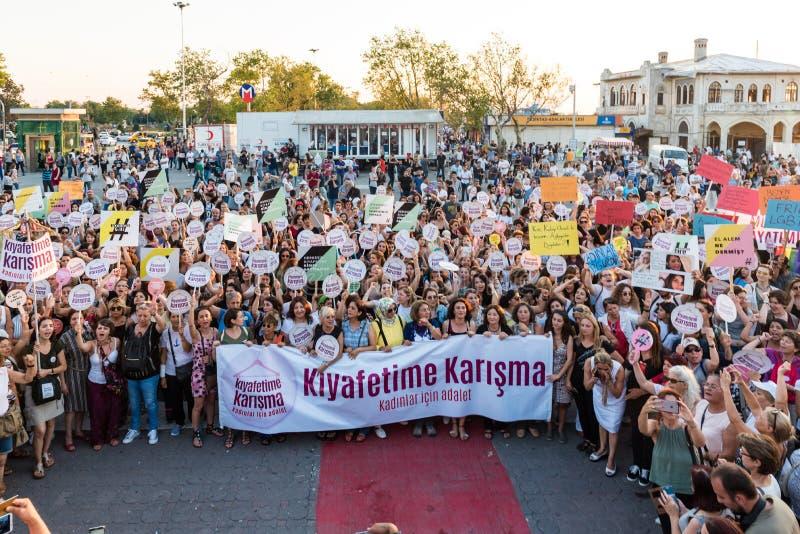 Kobieta protestujący zbierają w kadikoy, Istanbuł, Turcja obraz royalty free