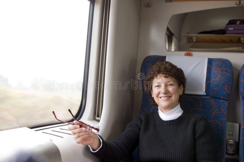 Kobieta przechodzić na emeryturę starszy pierwsza klasa pociąg w Polska zdjęcie royalty free